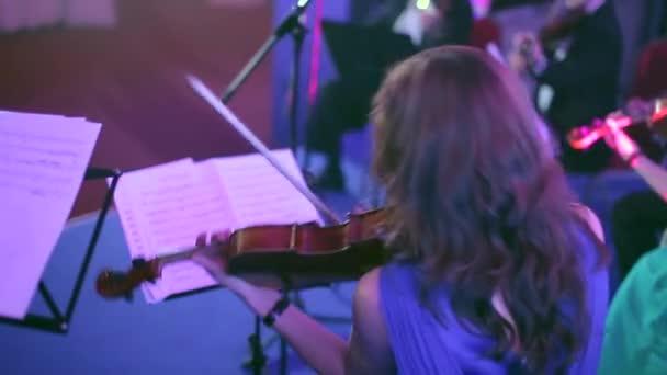 Auftritt des Orchesters auf der Bühne Konzertsaal