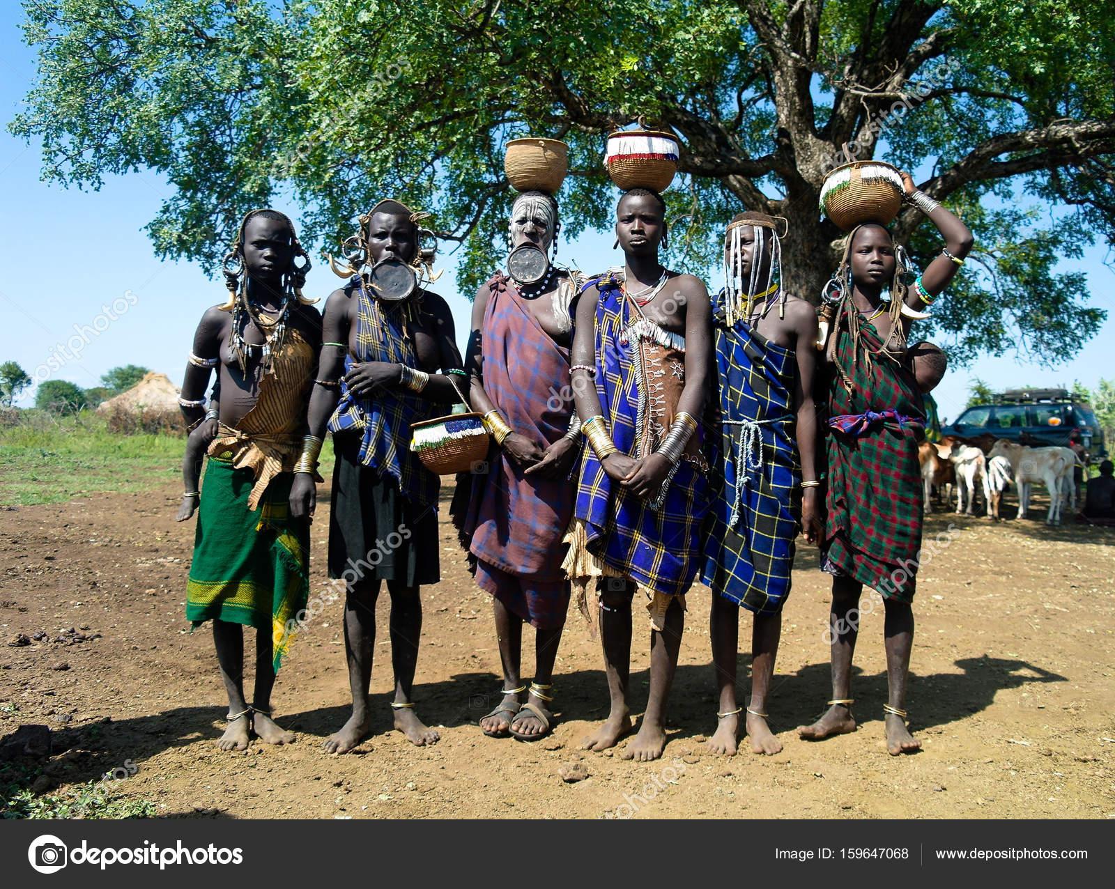 Extremamente Mulheres de tribo Mursi com vale do bebê Omo, Etiópia — Fotografia  JO65
