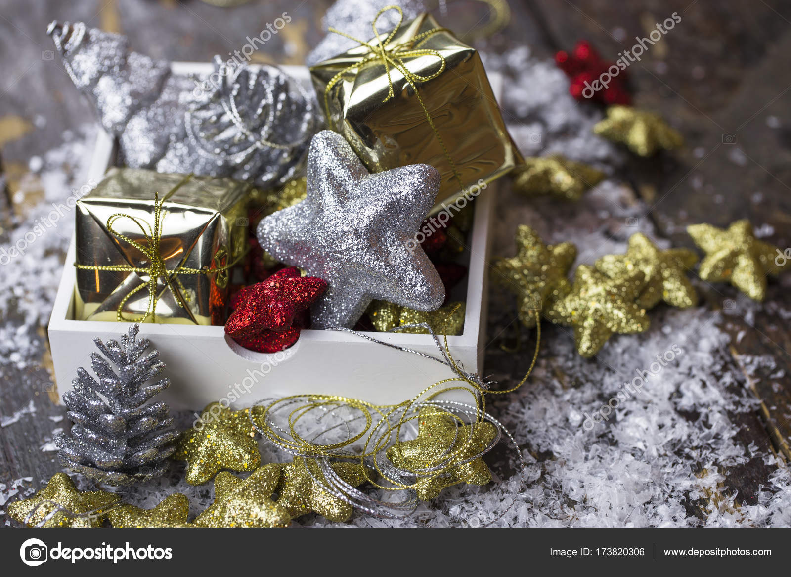 Christbaumschmuck Von Rot Gold Und Silber Sind Verteilt Stockfoto