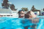 Fotografia Divertimento subacqueo. Due bambine sveglie con occhiali nuoto sottacqua e le immersioni in piscina. Bambini sport e tempo libero
