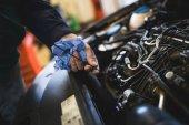 Fotografie Služby automechanik pracuje na opravy automobilových motorů