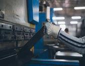 Fotografie Metalurgie těžký průmysl. Továrna na výrobu těžkých pelety kamna a kotle. Pracovník se zblízka. Extrémně tmavých podmínkách a viditelný šum