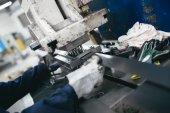 Fotografie Hutní průmysl. Továrna na výrobu těžkých pelety kamna a kotle. Zblízka se dělník svářeče na práci. Extrémně tmavých podmínkách a viditelný šum