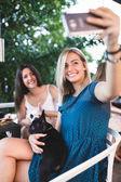Fényképek Gyönyörű, fiatal nő élvezi a cafeteria tartás imádnivaló francia bulldog bábu