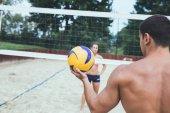 Mladých lidí, kteří hrají plážový volejbal na krásný slunečný den