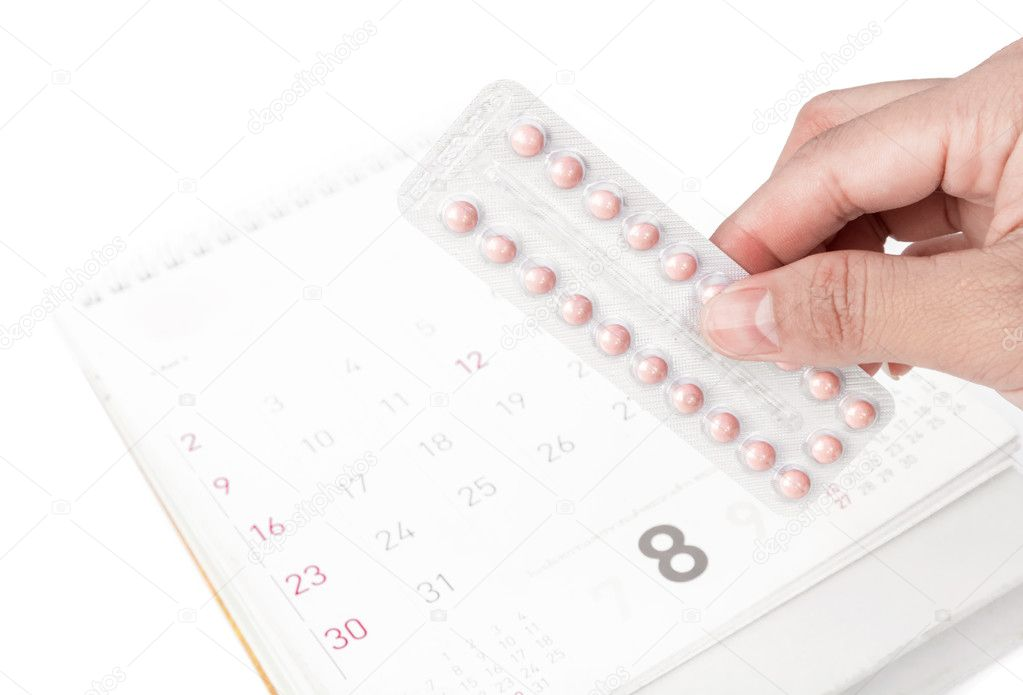 Cerrar una mano sostenga la píldora de control de la natalidad con ...