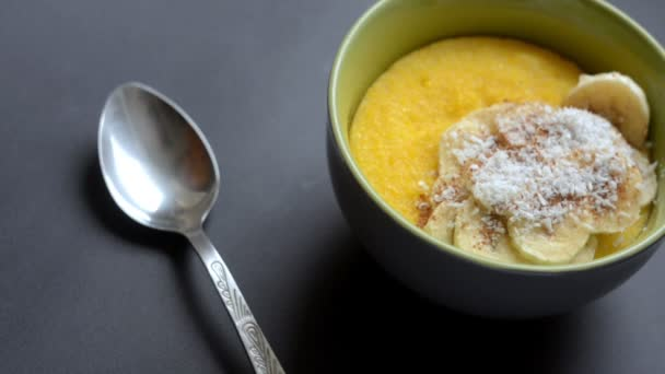 Kukuřičné kaše polenta, kukuřičné. Koncept zdravé snídaně. Jídlo pozadí