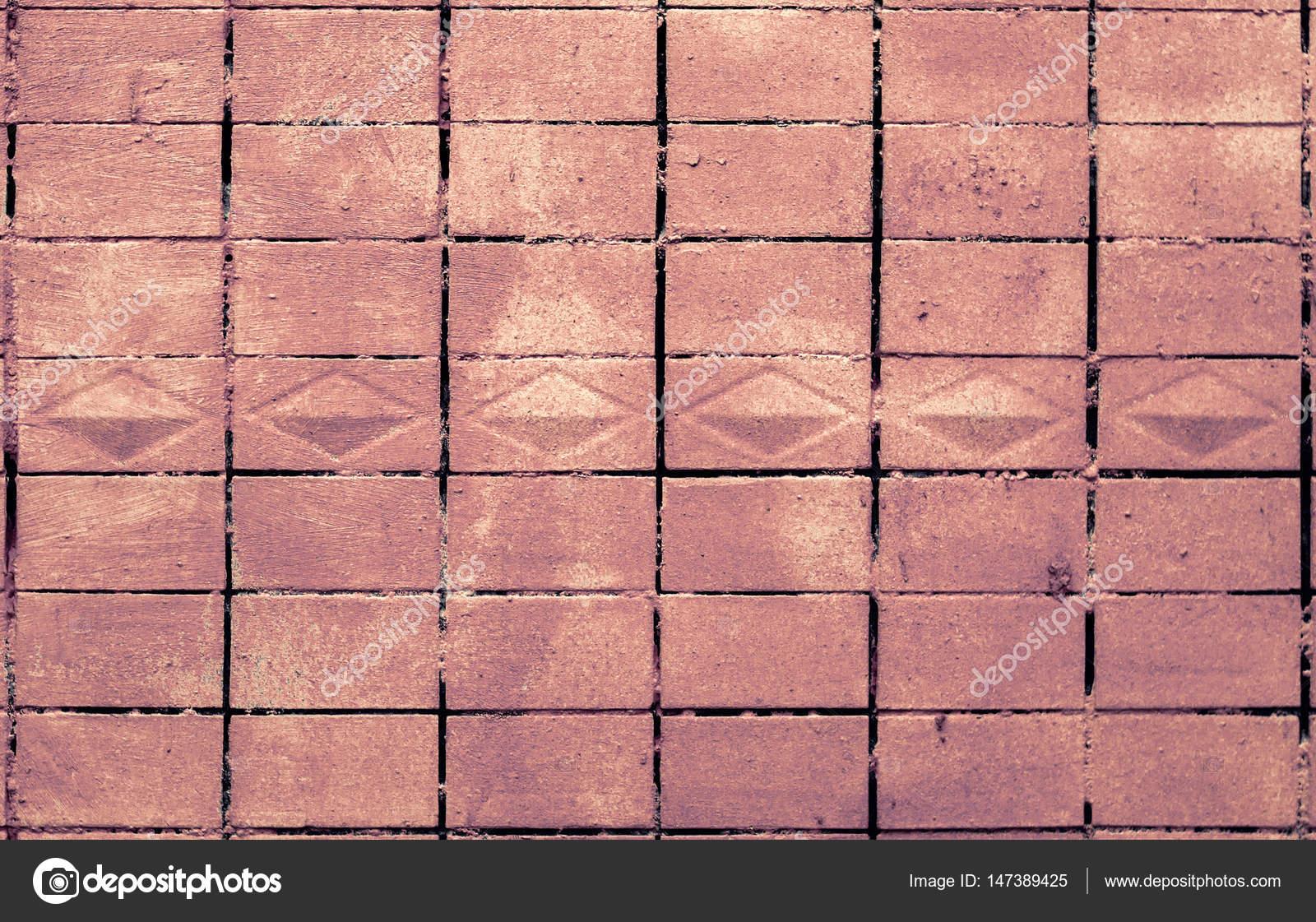Vecchia struttura della parete di piastrelle dipinta in rosso