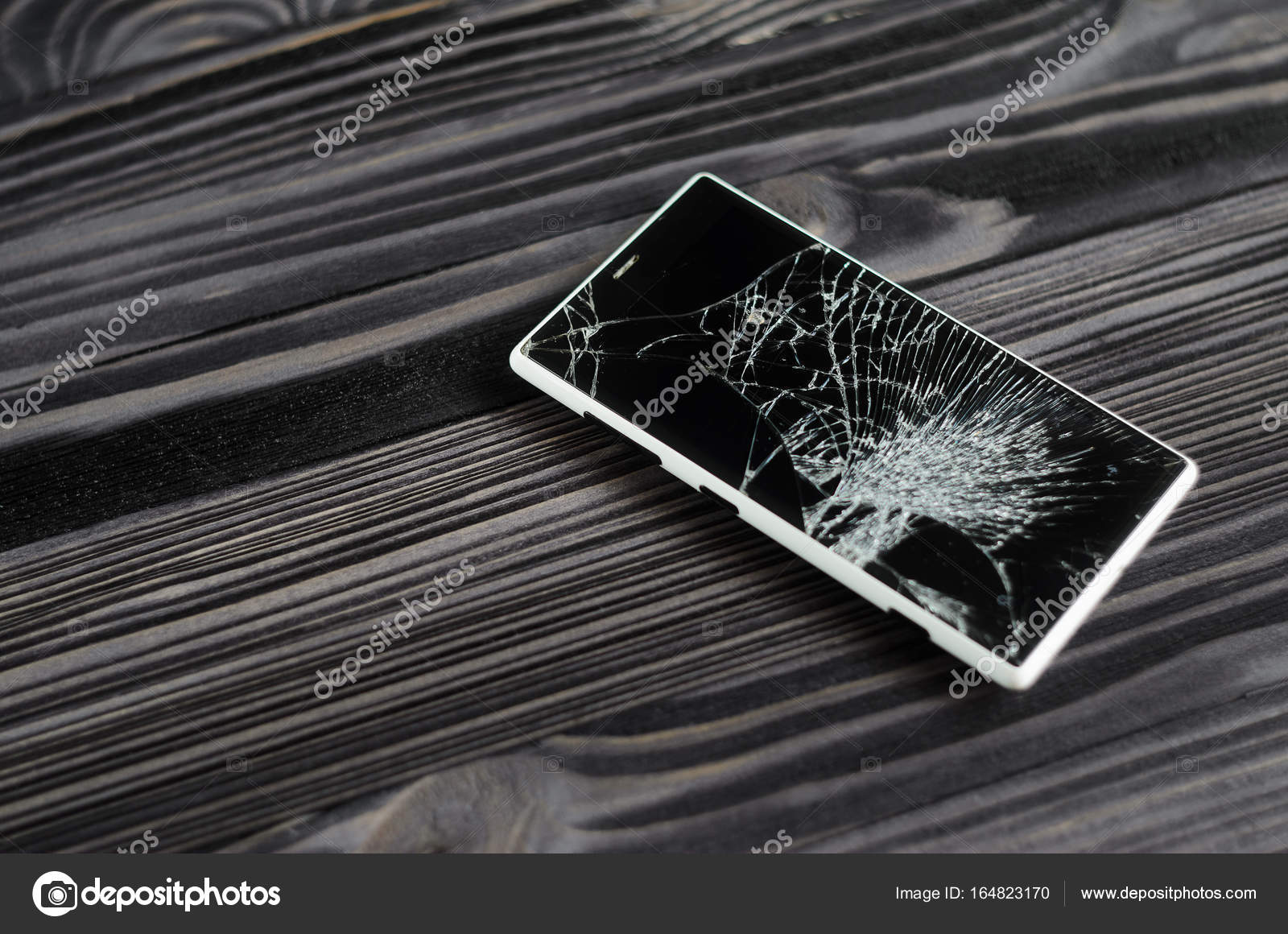 Smartphone Con Schermo Rotto Su Sfondo Scuro Foto Stock Vsot