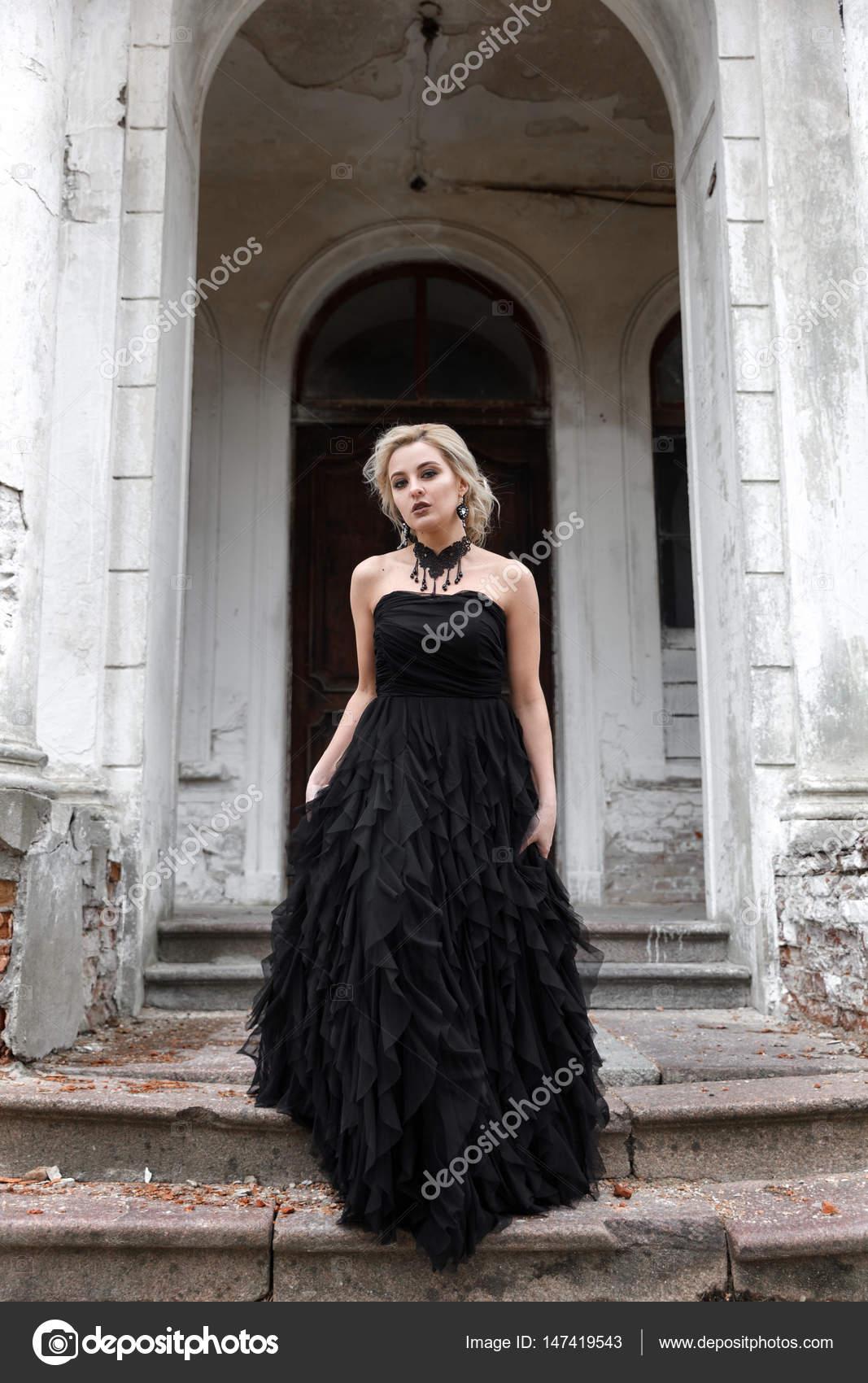 Retrato De Una Joven Mujer En Vestido Negro De La Boda