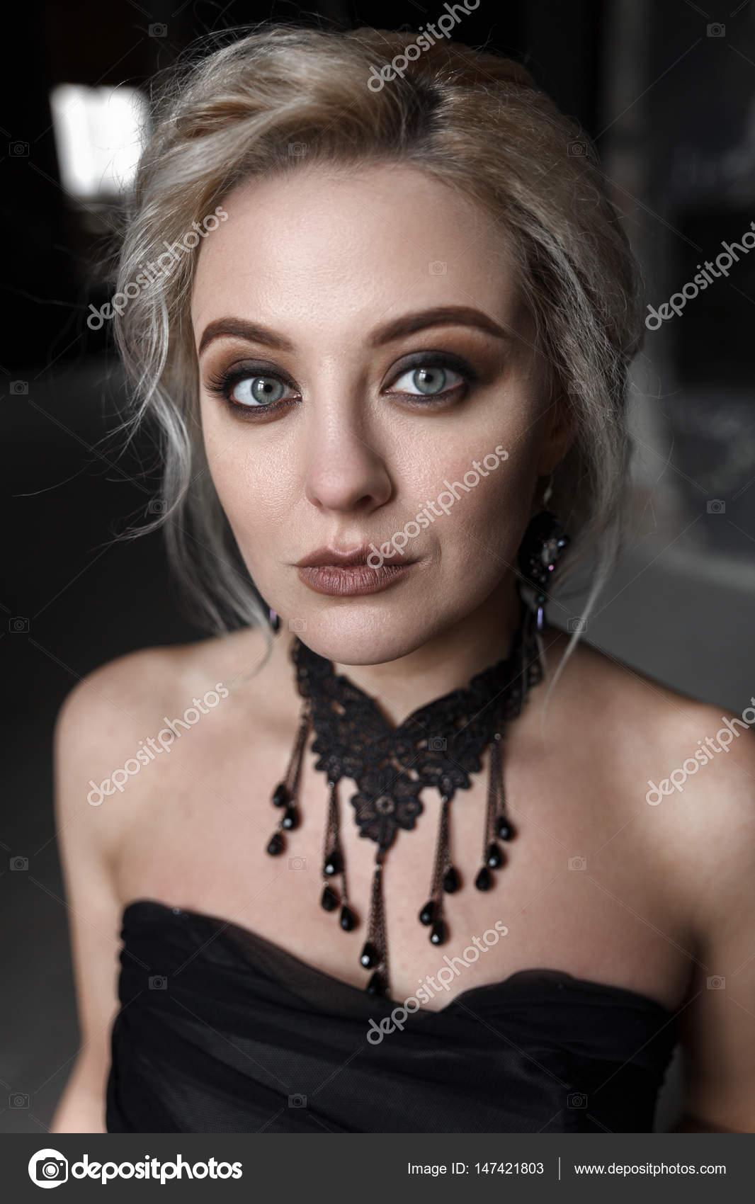Zwarte Jurk Naar Bruiloft.Portret Van Een Jonge Vrouw In Zwarte Jurk Bruiloft Stockfoto