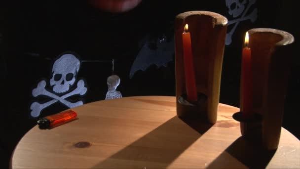 Mettere due piccole zucche di halloween sulla tabella di festa in legno decorato
