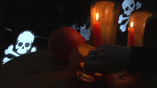 Posare il sangue finto su zanne di vampire denti nella bocca di halloween Jack O  Lantern