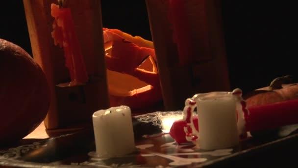 Tabella di vampiro con i denti sanguinanti, candele e zucca lanterna spaventosa