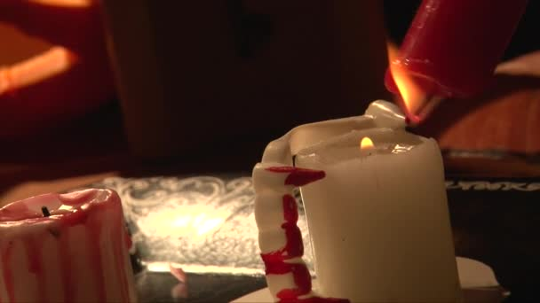 Rack focus fusione cera rossa su bianco candela, denti da vampiro
