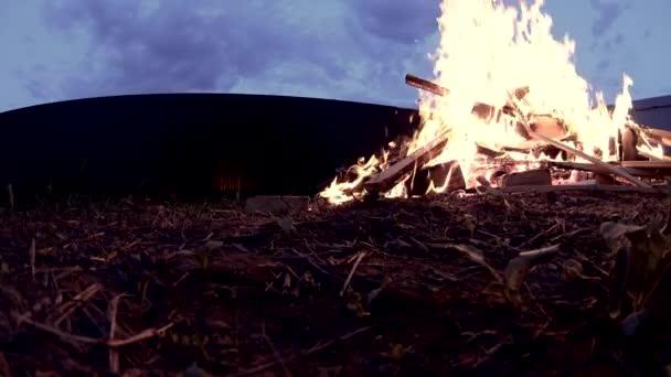 Velký oheň na chatě dvorku, purpurové slunce, nízká úhlu střílel