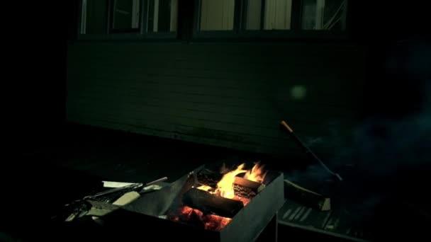Krb v letní zahradě chata, pan výstřel do domu osvětlení okna, někdo silueta, chůzi v domě