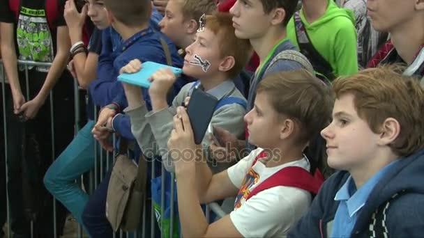 Moskva, Rusko, 1 říjen, 2016: chlapci stát kolem plotu jeviště a nahrávání na tablety a smartphony, čelí closeup