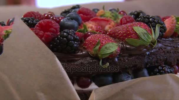 Bogyó réteg torta Közelkép: eper, szeder, málna, a tetején
