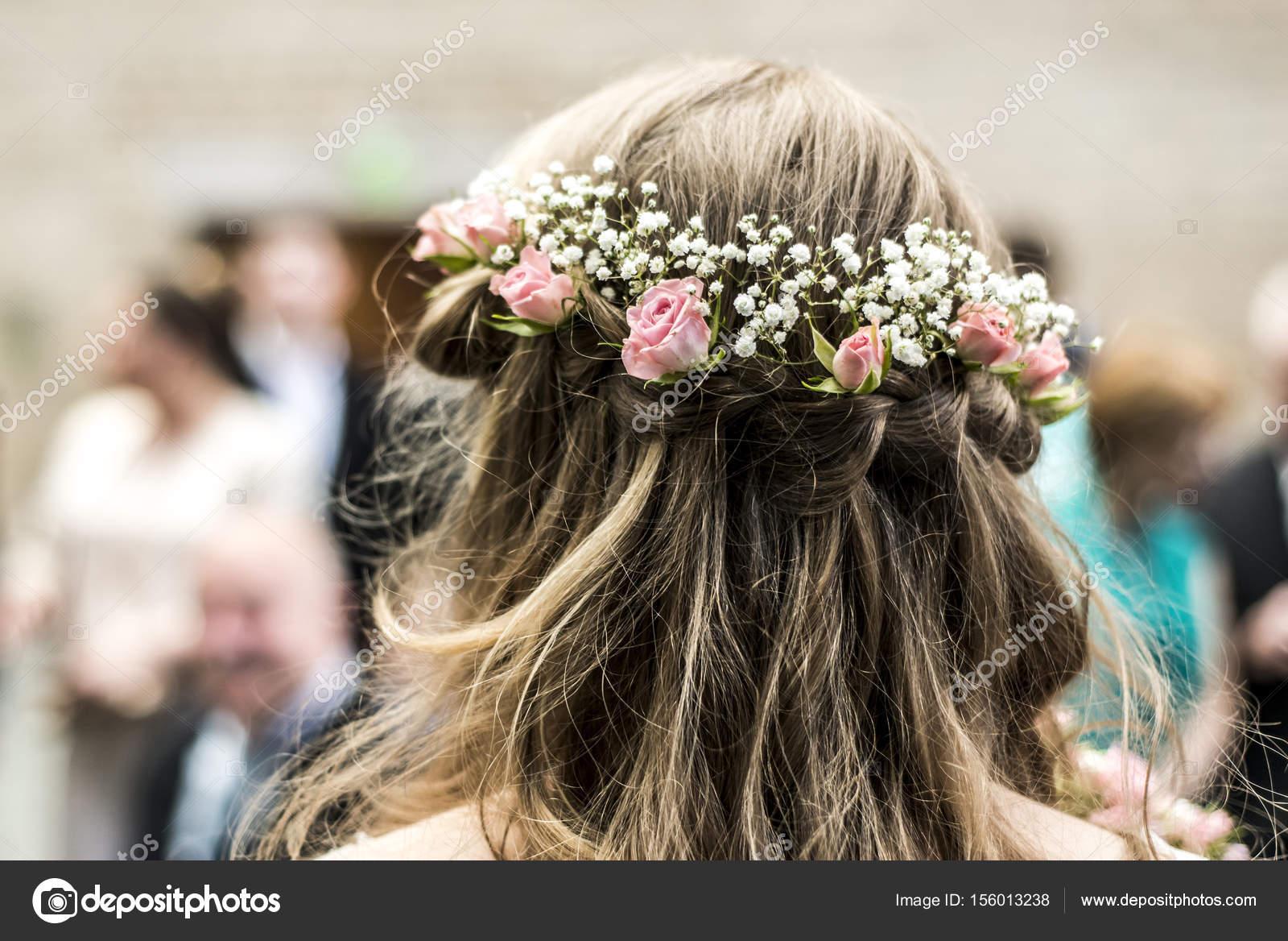 Kranz Mit Blumen Heck Ansicht Blonde Braut Mit Einem Kuken Coiffure