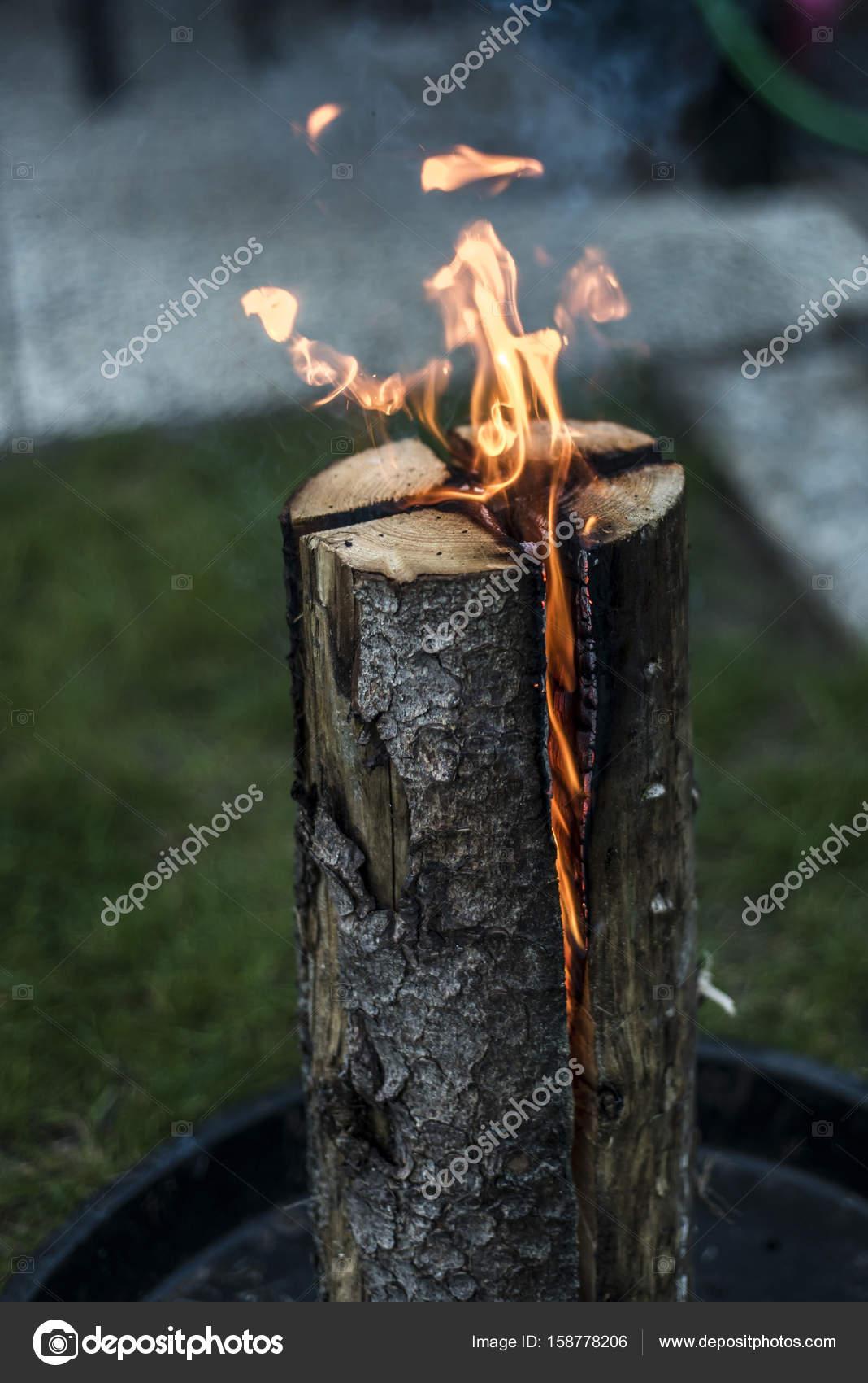 Schwedische Fackel Feuer Brennenden Stummel Auf Platte Für Erholung