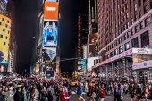 New York City - Spojené státy - 25.05.2014 - Times Square noc lidi chodící kolem