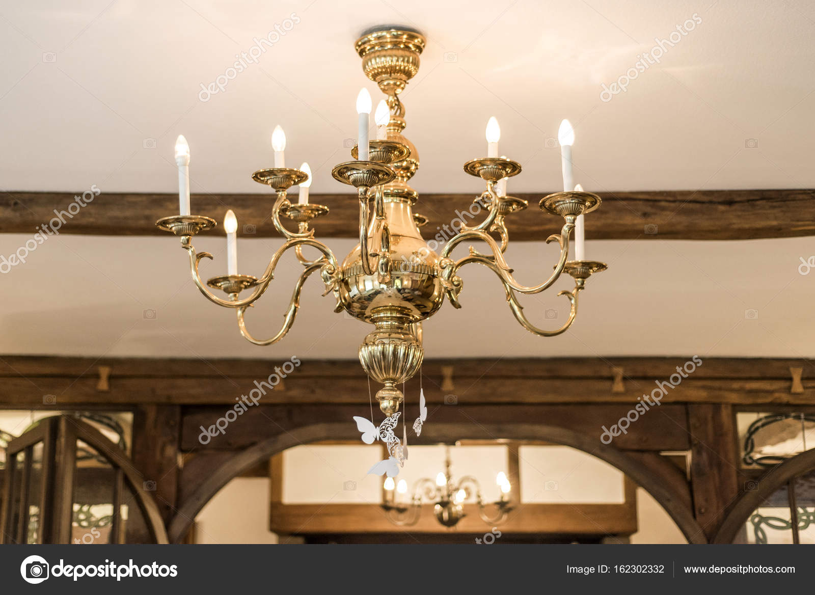 Kronleuchter Dekoration ~ Goldene kronleuchter mit kerzen licht und dekoration alte vintage