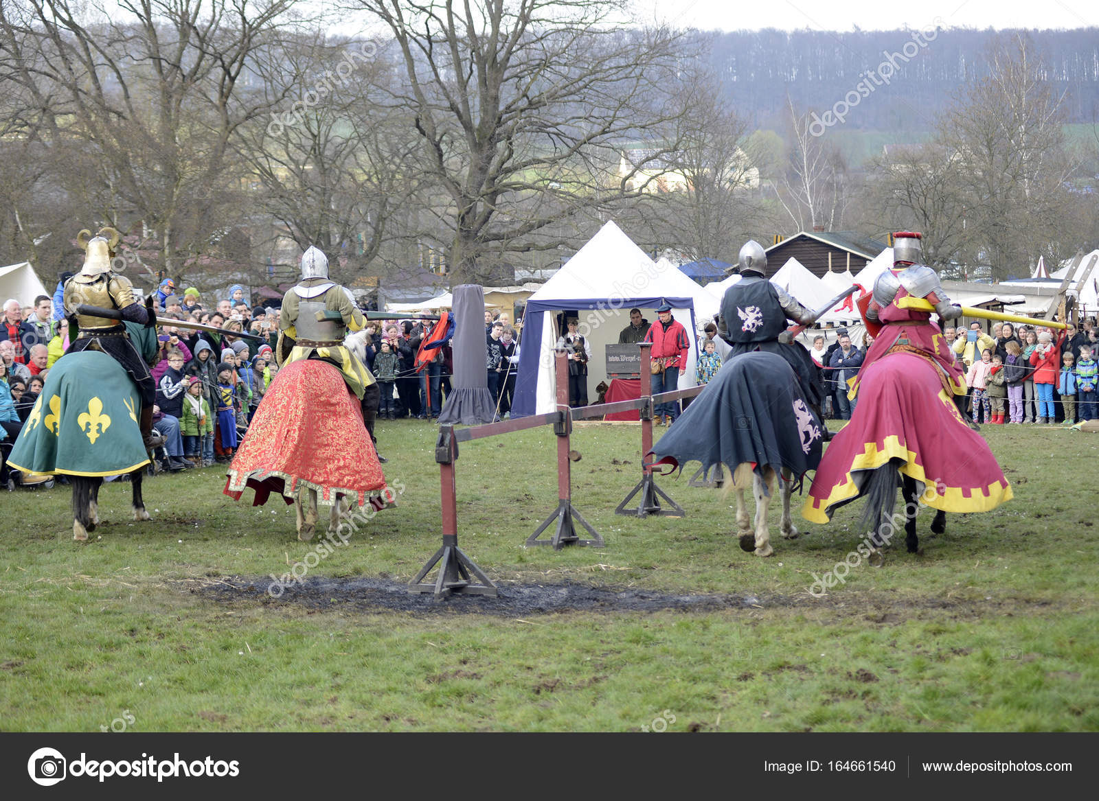 06.04.2015 Lorelay ドイツ , 中世の騎士ゲームの騎士の馬に乗っ