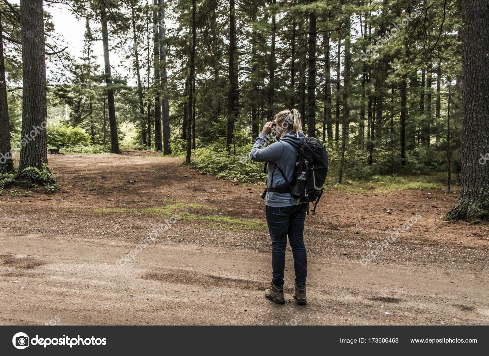 Mädchen mit fernglas kanada ontario see von zwei flüssen wilde