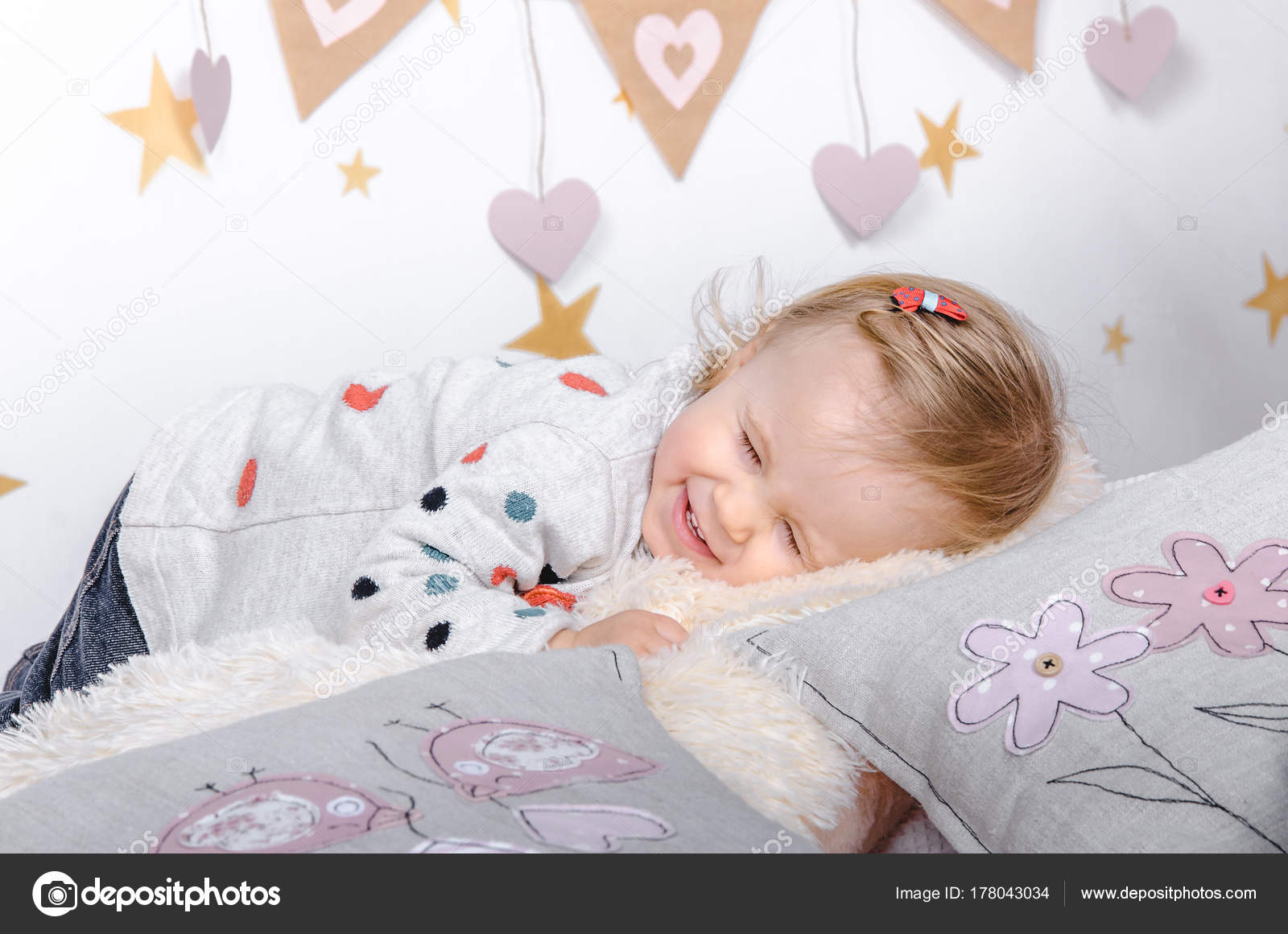 Decoratie Kinderkamer Meisje.Close Kleine Lachende Baby Van Het Meisje Achtergrond Een