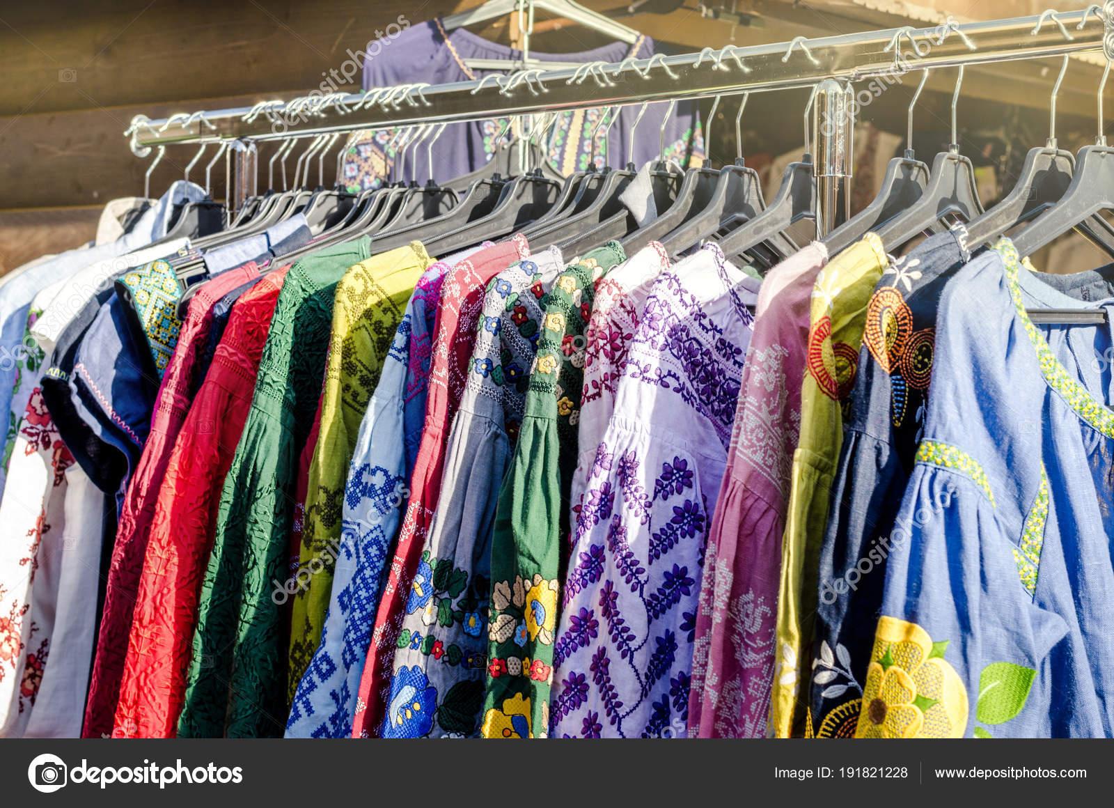 Κρεμάστρες με διαφορετικό τρόπο κομψό Γυναικεία ρούχα σε ρούχα ράφι  γυναίκες χειροποίητα κεντήματα φορέματα πώληση πολύχρωμο επιλογής έννοιας  της t-shirts ... e5f17d3e7a5