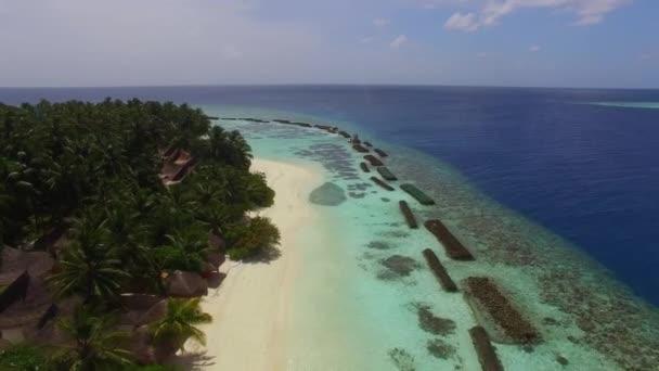 Luxus island resort repülő szoros trópusi homokos strand és a hullámok