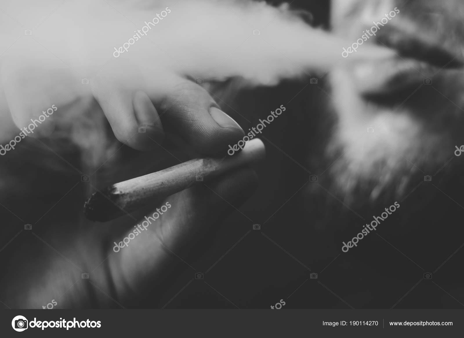 Парень курит коноплю онкология марихуана