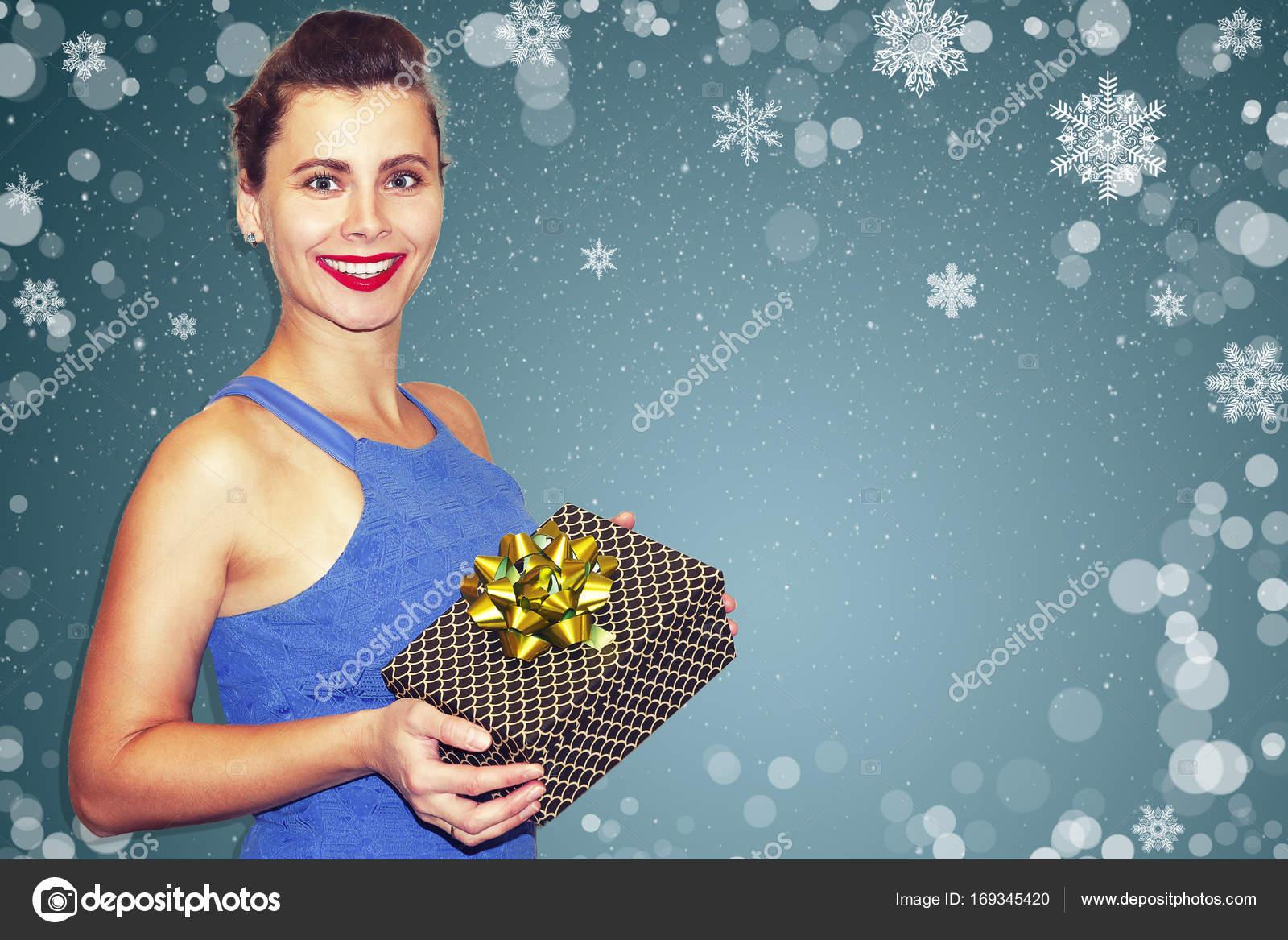 Überrascht, sexy Mädchen gegen Schneeflocken auf blauem Hintergrund ...