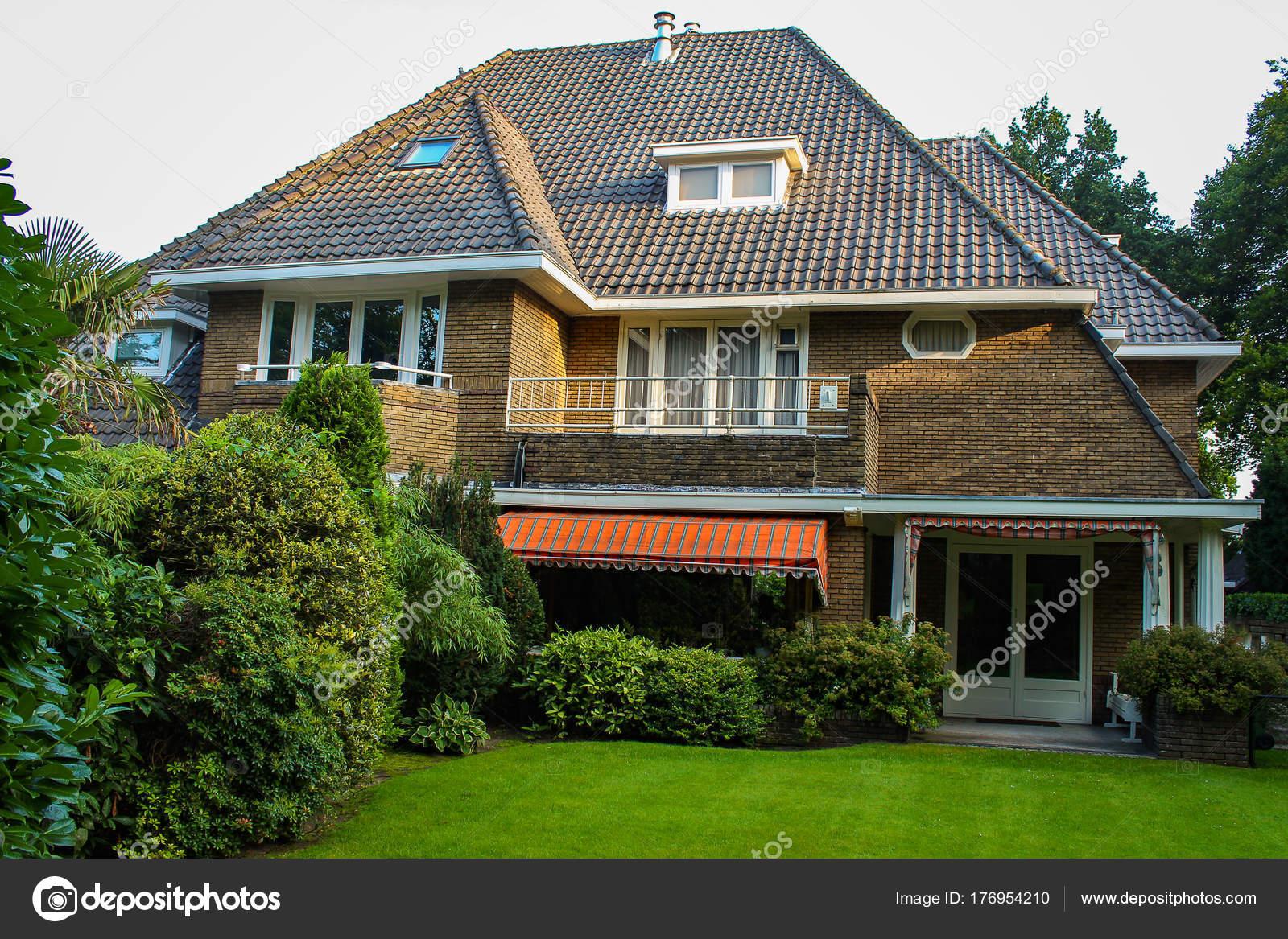Im genes casas hermosas hermosa casa con c sped verde y for Fotos de casas modernas con jardin