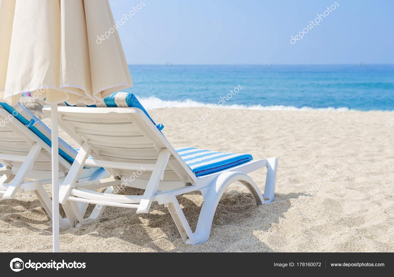 parasol et chaise longue sur la plage de la mer au soleil sable blanc et mer dans station. Black Bedroom Furniture Sets. Home Design Ideas