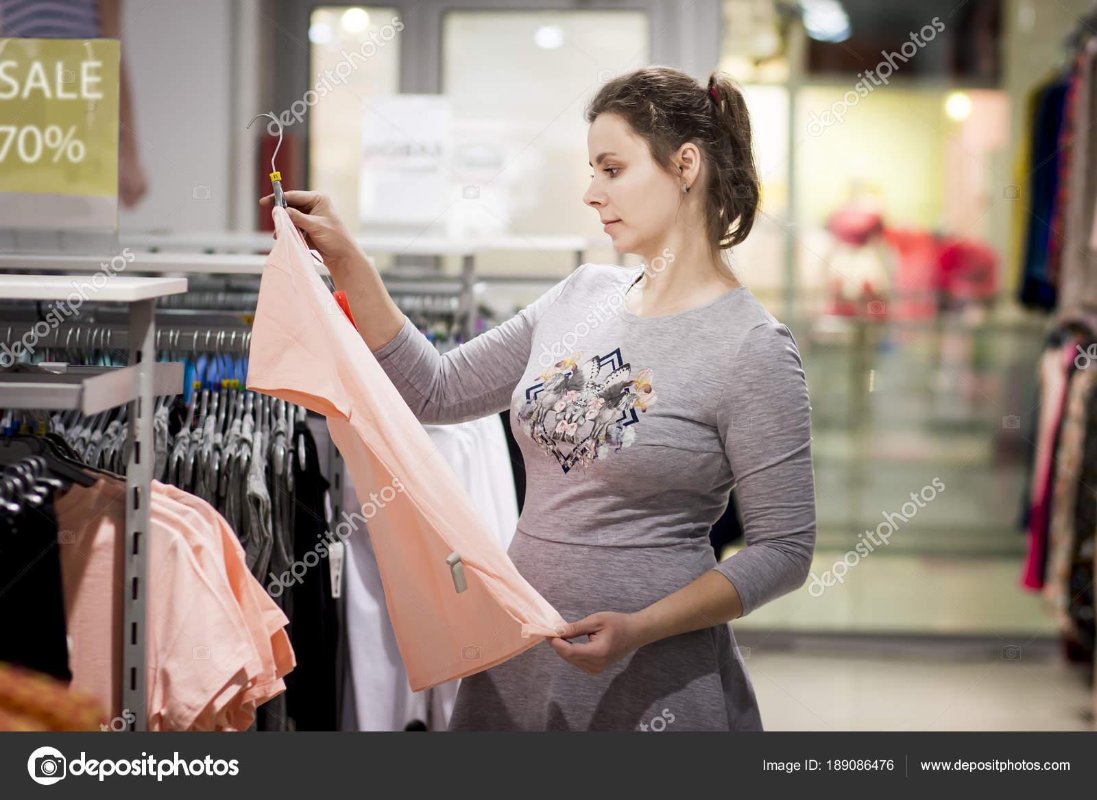 ffe85c7b54f739 Mädchen am Verkauf von modischer Kleidung im Laden. junge Frau ist am Black  Friday shopping.