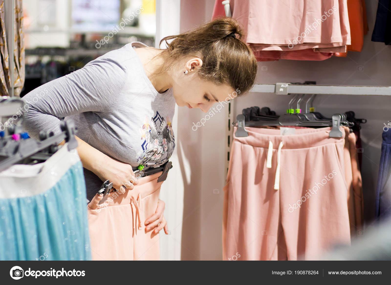 2dd8dc7e35811 Yeni şık kıyafetlere moda butik kız. genç kadın giyim mağaza satın alır.  Toplam satış