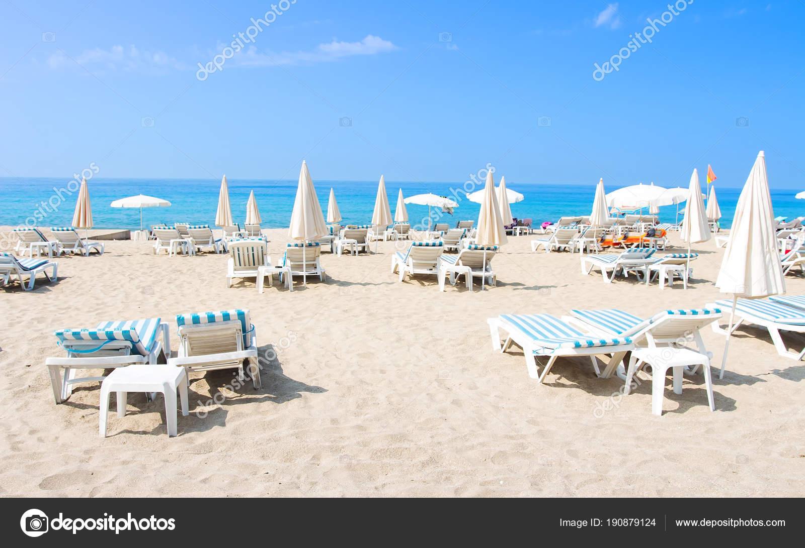 Lettini E Sdraio Mare.Spiaggia Tropicale Di Alanya Lettini E Sedie A Sdraio Sulla