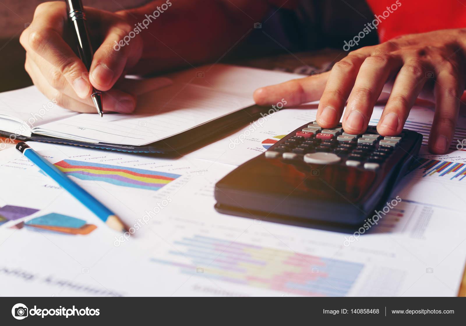 Mann Berechnen über Kosten Und Problem Im Haus Und Schreiben Machen Nicht U2014  Stockfoto