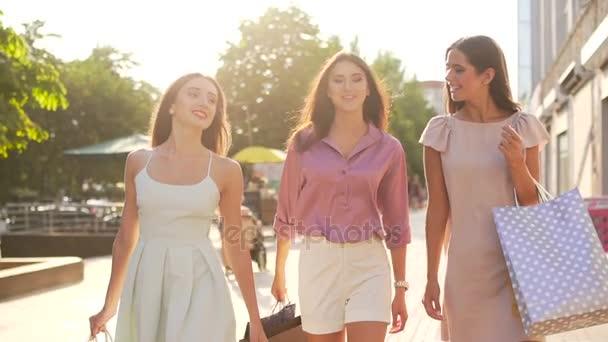 junge Frauen beim Einkaufen