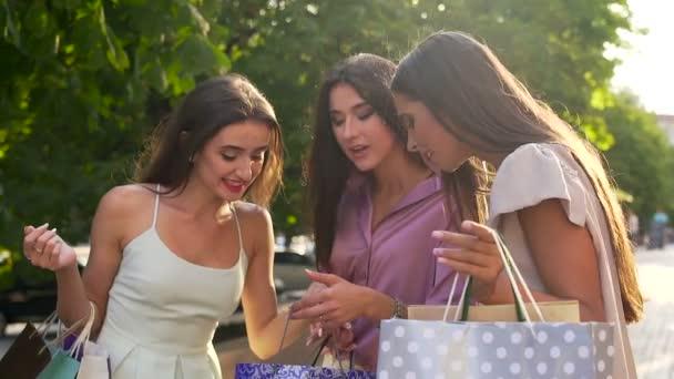 Mladé ženy na nákupy