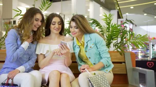 ženy na nákupní centrum nakupování online