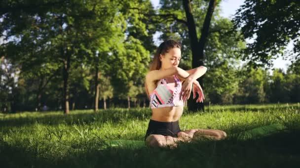 Karcsú lány csinál jóga területén, a naplemente. Kültéri egészségügyi ellátás. Széles lövés