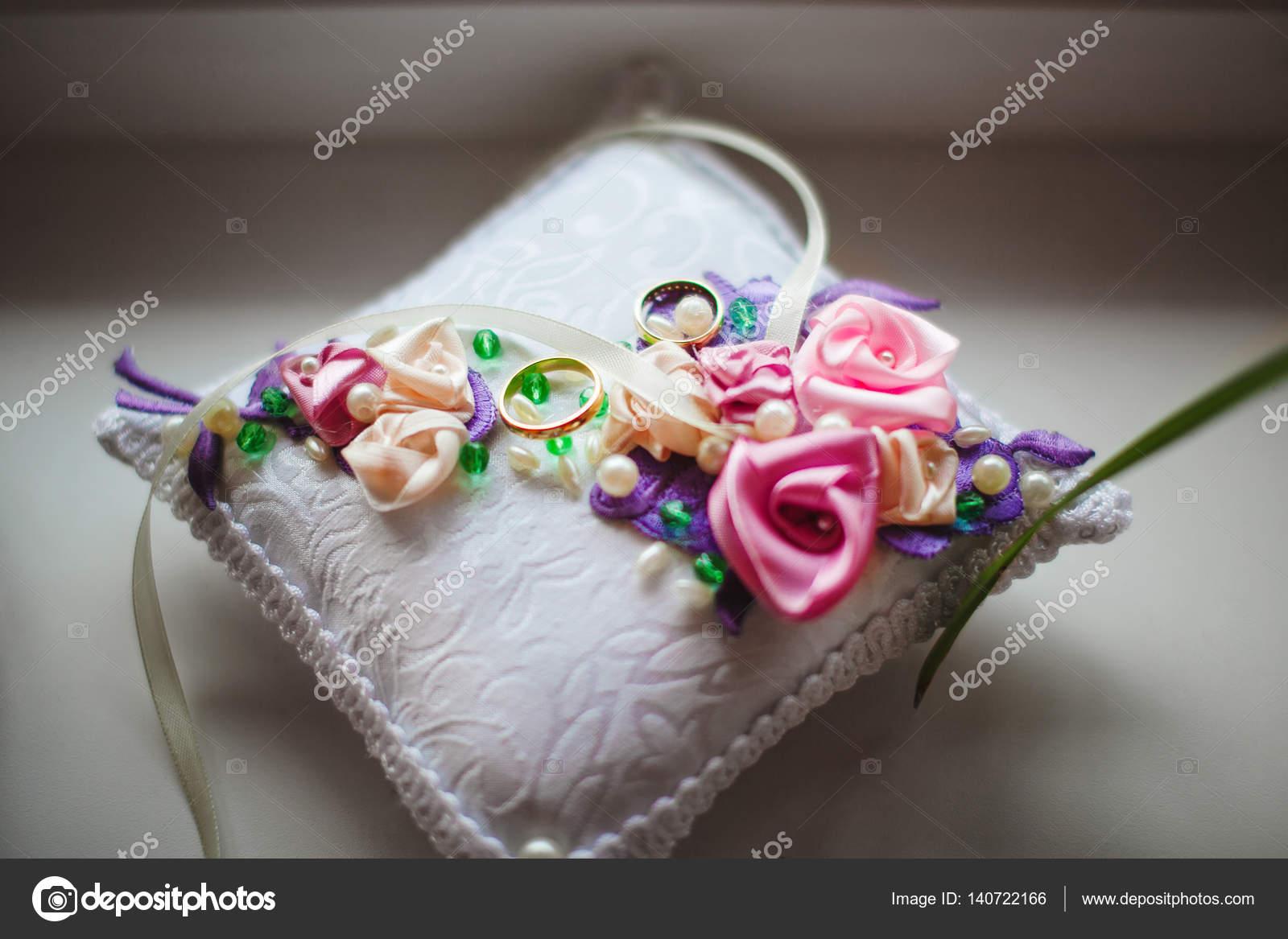 Vigselringar på kudde med blommor a391b6bff3944