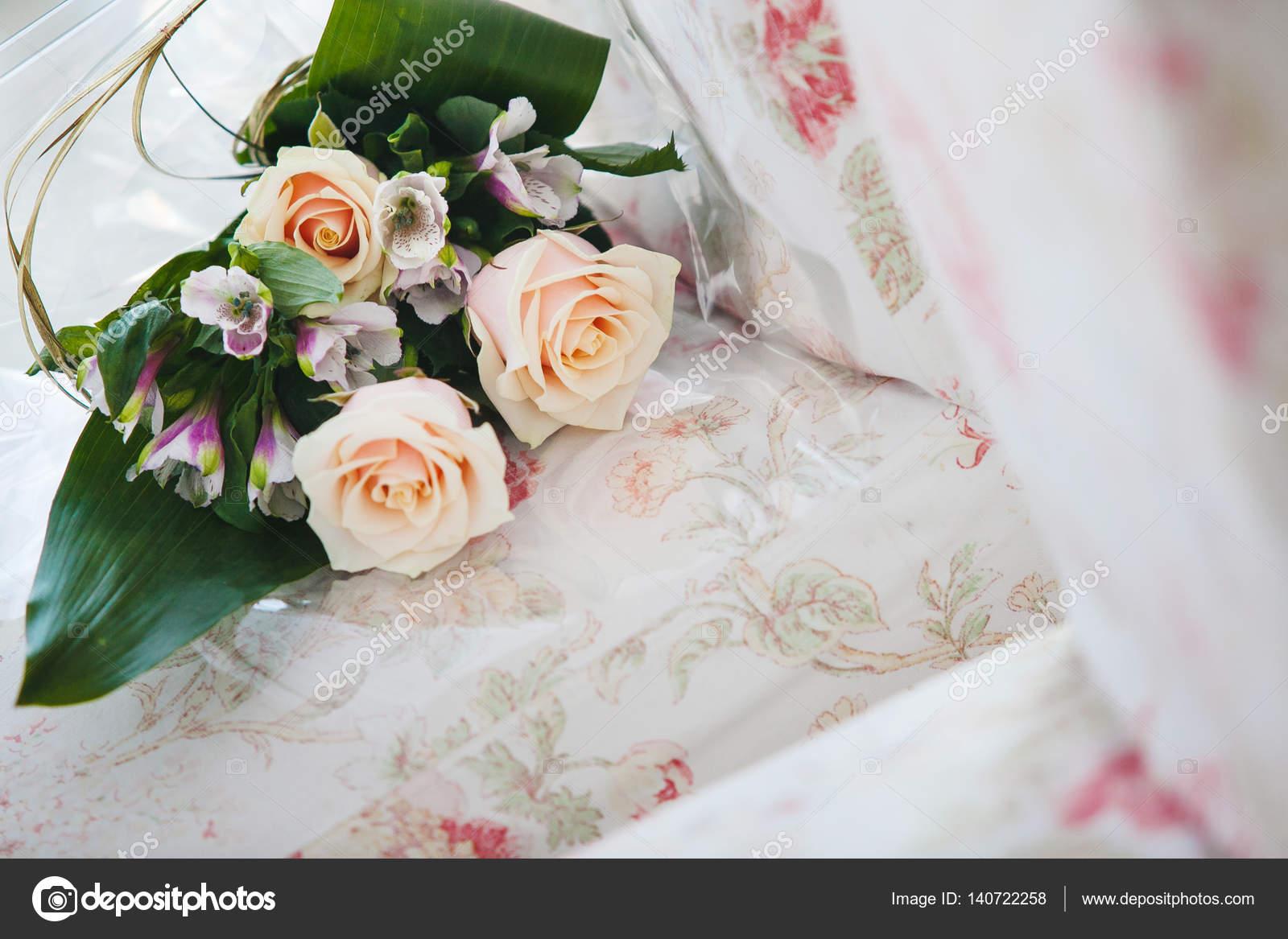 Brautstrauss Mit Rosen Beige Und Lila Orchideen Stockfoto C Il21