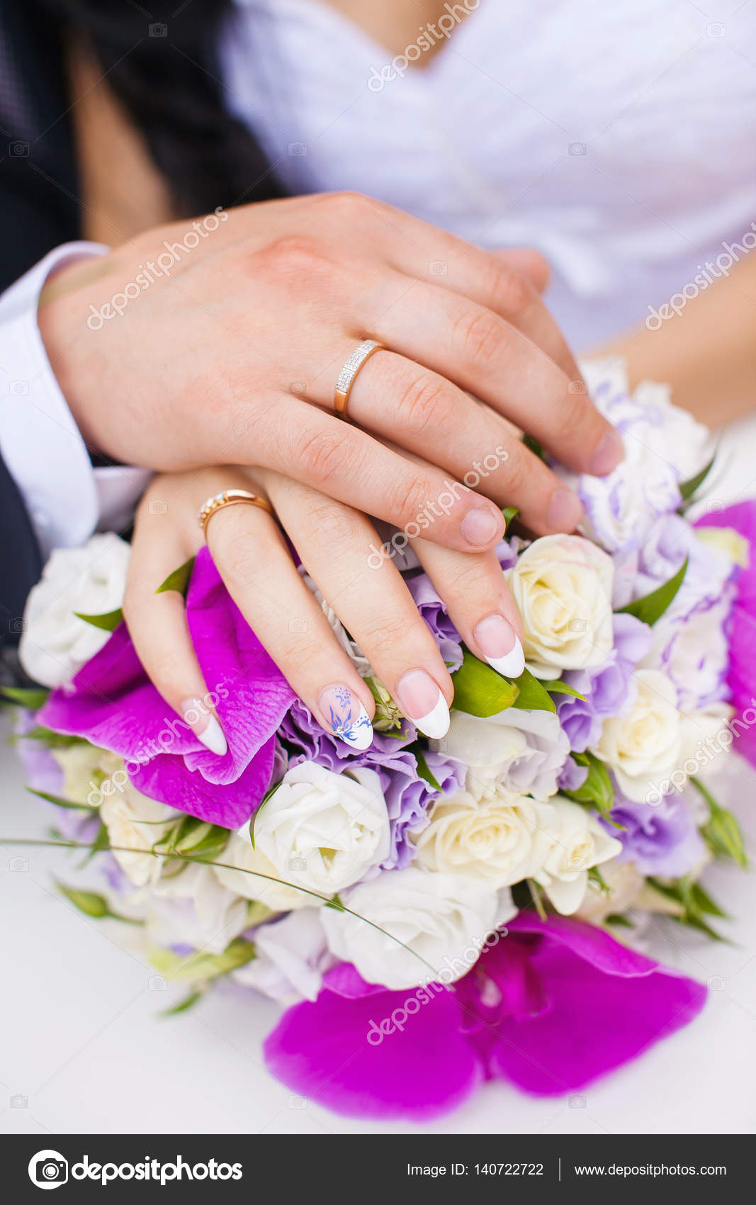 Wedding Rings on Couple Hands on Bridal Bouquet. — Stock Photo ...