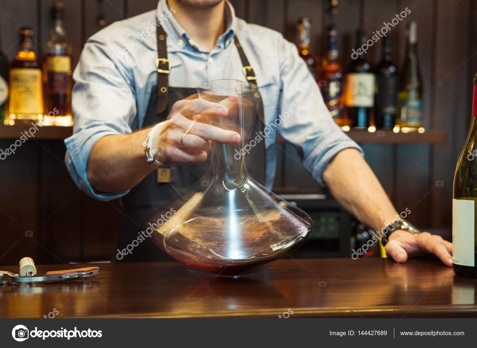 Barkeeper Dekantieren Wein ohne zu stören das sediment — Stockfoto ...
