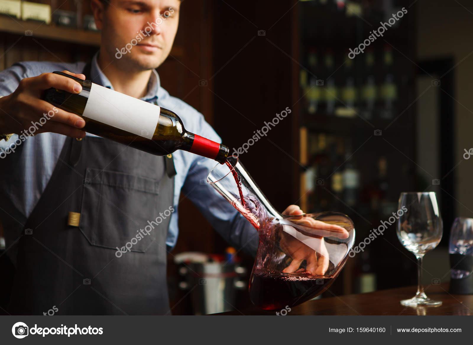 Sommelier Wein in Glas von Dekanter gießen. Männliche Kellner ...
