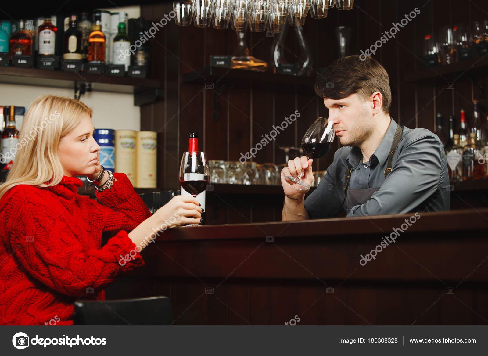 Barkeeper und Mädchen-Besucher riechen Wein Aroma aus Gläsern ...